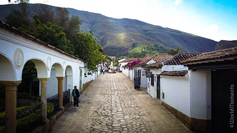 Villa de Leyva vista de la calle 13 con la montaña