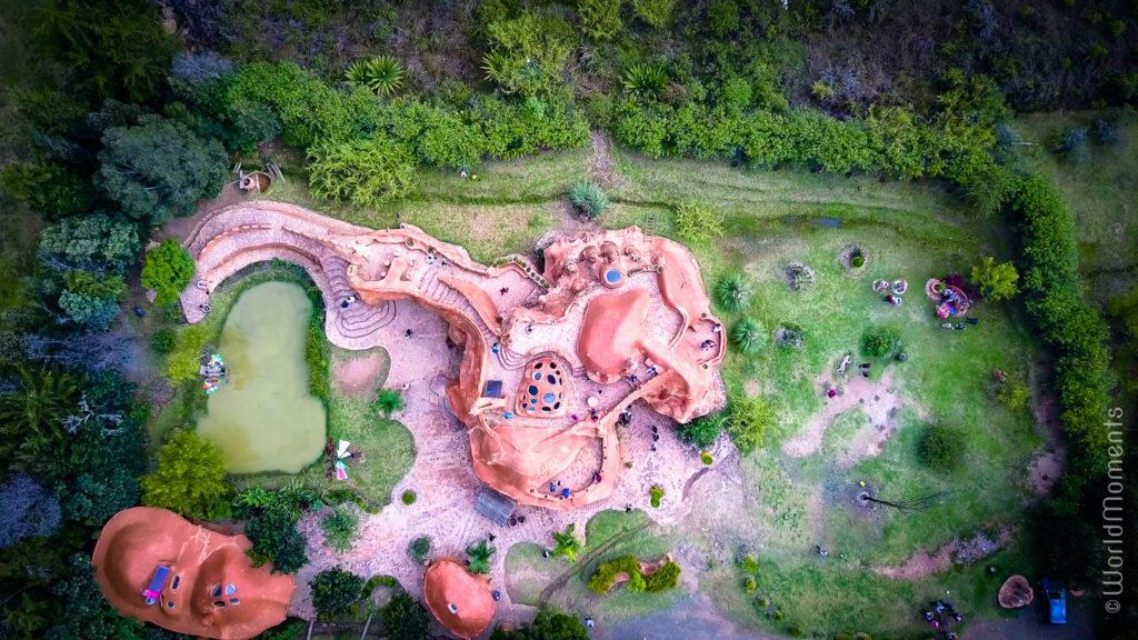 Casa de terracota en Villa de Çeyva vista desde arriba toma con dron