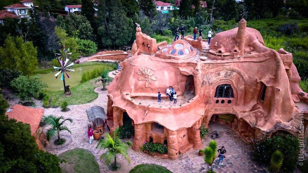 Casa de terracota vista desde arriba toma con dron