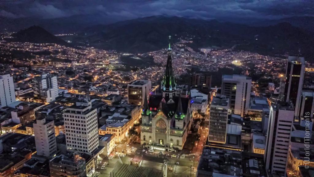 vista nocturna de la catedral de Manizales