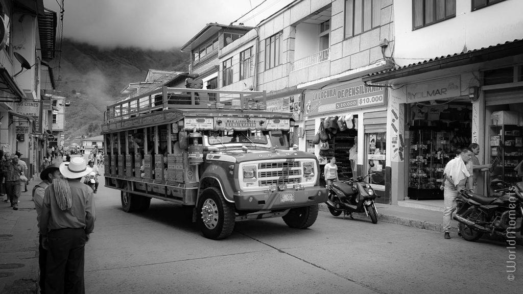 chiva colombiana en pensilvania caldas foto en blanco y negro