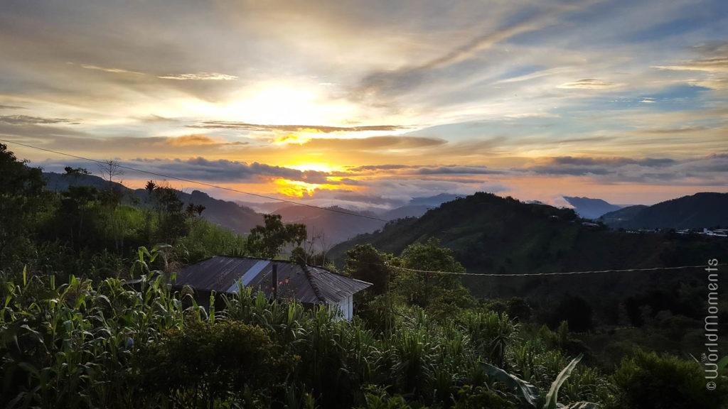 atardecer entre las montañas de Pensilvania Caldas Colombia