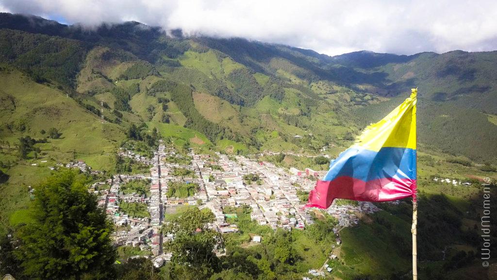 vista de Pensilvania Caldas desde la montaña con bandera de Colombia