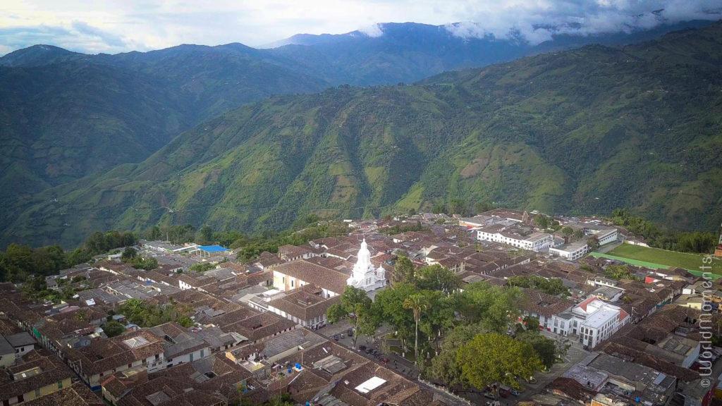 vista con dron de Salamina entre las montañas